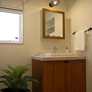 カントリー調の洗面化粧台は、ママやおしゃれを気にするお年頃のお子様にも喜ばれます。洗面所にはスキマを使って便利で機能的なリネンスペースを。