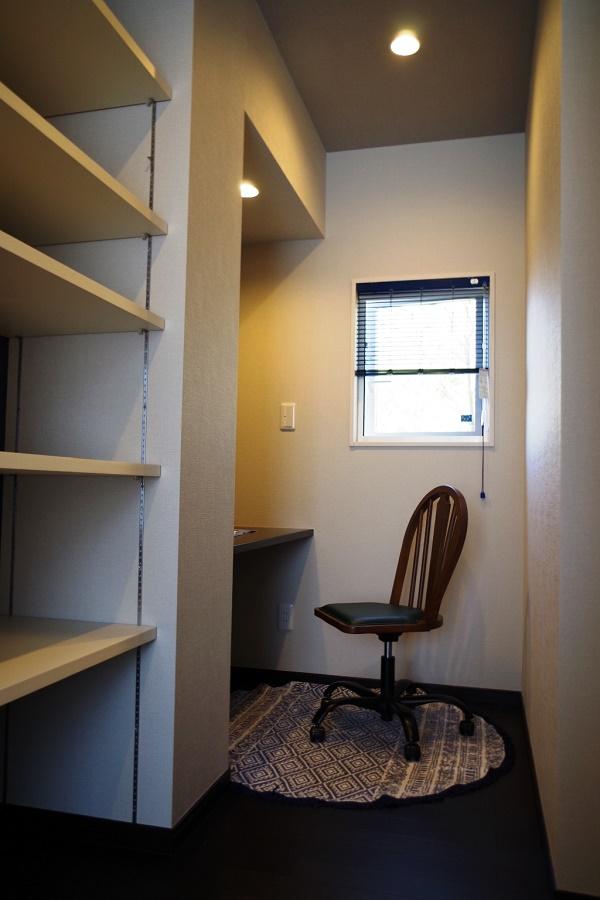 寝室奥には、パパの為に書斎をしつらえました。就寝前のくつろぎのひとときに、受有に使える充実の空間です。