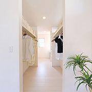 機能的な収納と効率的な動線を実現しました。主寝室→ウォークインクローゼット→パウダールーム→階下へ。