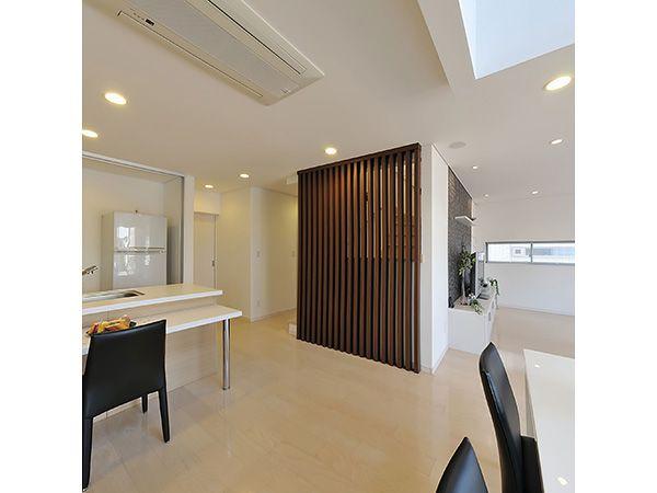 壁ではなくスリットのパネルで階段n柔らかい光が届きます。お部屋のアクセントとして、間仕切としても人気です。
