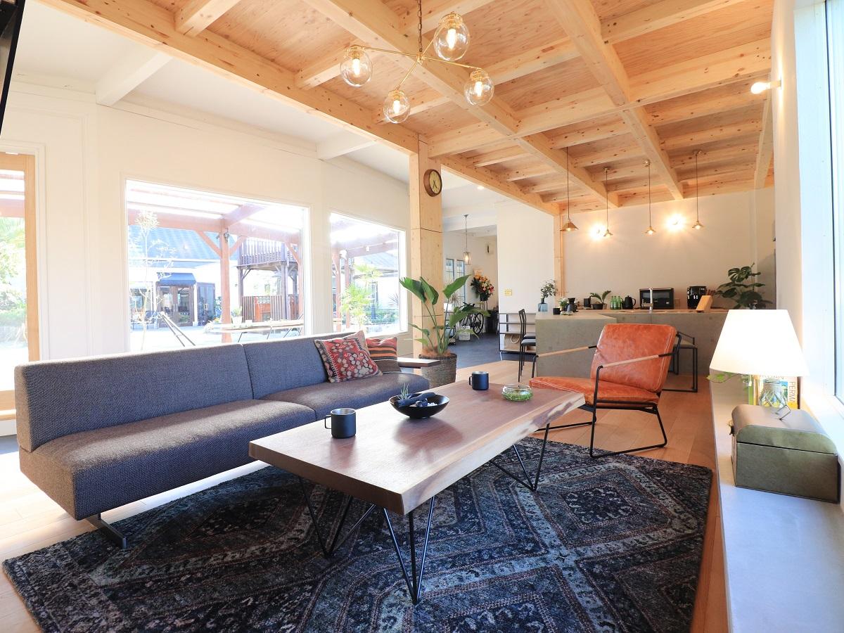 仕上げ材を貼らずに2階の床組をあらわした天井とシンプルな白い左官の壁など、素材感を活かした素敵な空間になっています。