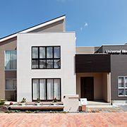 片流れの屋根とフラットルーフの組み合わせが印象的な外観。シャープな中にも温かみを感じさせるデザインです。
