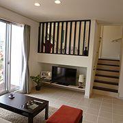 家族がいつもふれあえるリビングイン階段。スキップフロアの和室につながります。