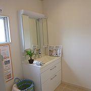 広い洗面化粧台で家事の負担も軽減されます。床がタイルなのでいつまでもきれいです。