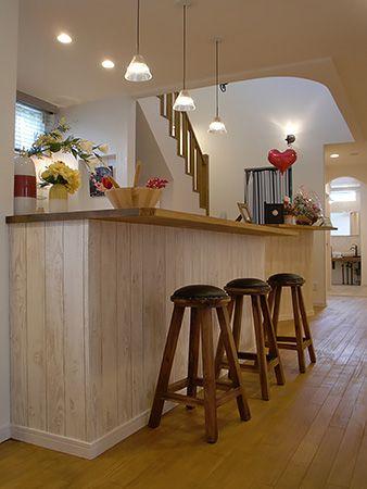 自然塗料を塗った床暖房対応のオリジナルフロア。そして家族が集うダイニングカウンター。