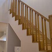 無垢素材にお好みの自然塗料を塗ることで、味のある階段手すりに。
