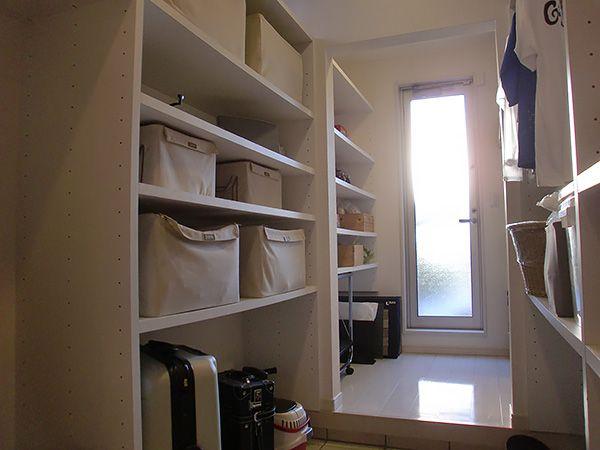 収納満載のクローク。玄関からクローク、食品庫、そしてキッチンへと動線計画も考えられている。