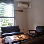 ナチュラルアンティークな家具と自然素材の塗料が塗られた落ち着いた打合せコーナー。