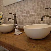 無垢調カウンターにボウル型のおしゃれな洗面台