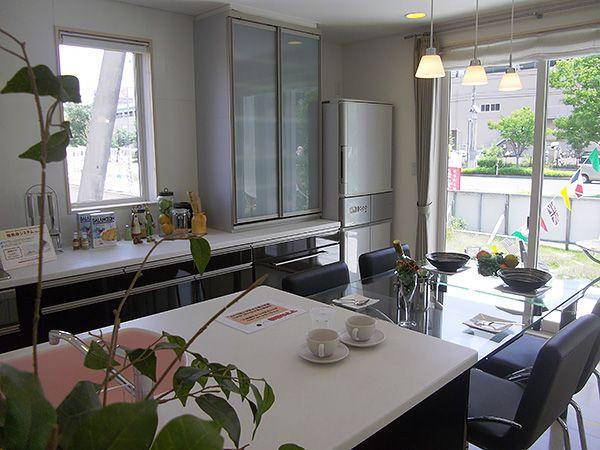並列型のキッチン~ダイニングテーブルはとても使い勝手がよく出来ています。