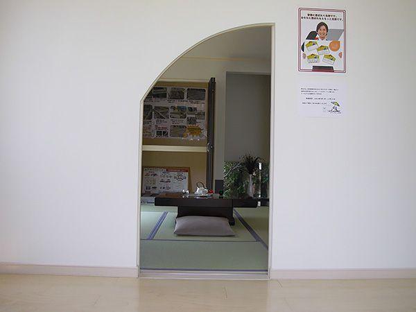茶室を思わせる和室の入り口。