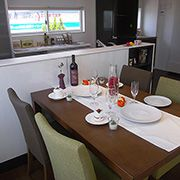 キッチンとのつながり。リビングとのつながり。食卓が家族の団欒につながる配置です。