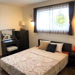 ダブルベッドが余裕で置ける広々とした寝室です。
