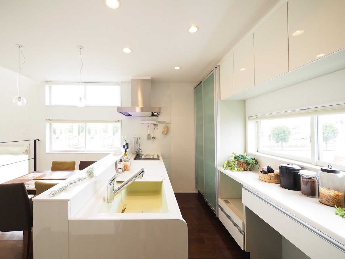 対面キッチンで家族の顔を見ながら安心して家事ができます。