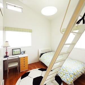 光が差し込む明るいこども部屋はロフトもあって遊び心満載。