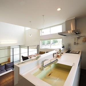 明るいキッチンはきっと料理も洗い物だって楽しくできますね。