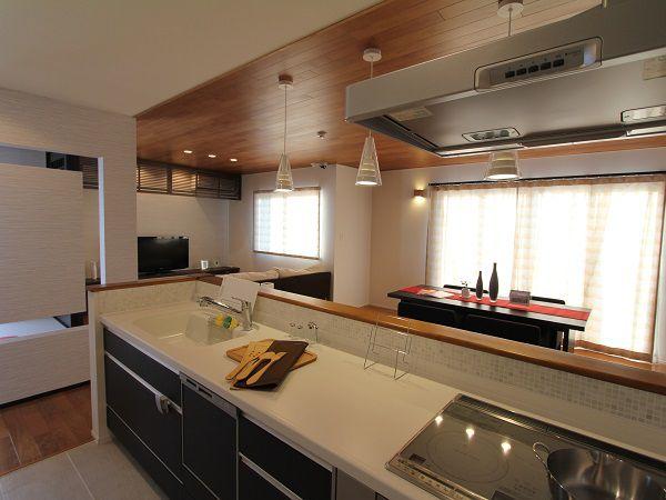 住まいの中心はキッチンです。家族が集い行き交うキッチンは、まるで住まいのステーション。家族の笑顔が行き交う場所、それがセンターキッチンです。