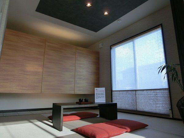 和室は暮らしの様々なシーンを想定し、リビングを介さずに水まわりへ気軽に行き来できる動線になっています。