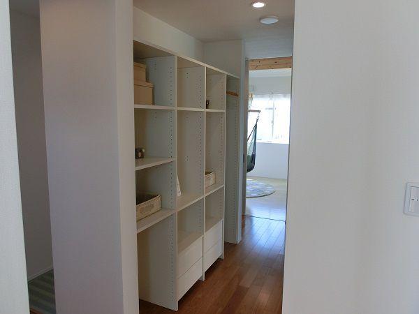 家族の成長に合わせて物は増えるものですよね。そこで、たっぷりしまえる収納スペースを2階の中心にも設けました。
