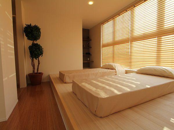 桐のフローリングが木の温もりを感じさせる寝室です。小上がりのフロアが安らぎの時間を演出してくれます。