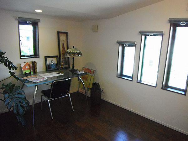 ガラリとシックなイメージに変わった書斎です。この書斎も、6層ならではの工夫で独立性を高めて落ち着ける空間に仕上げています。
