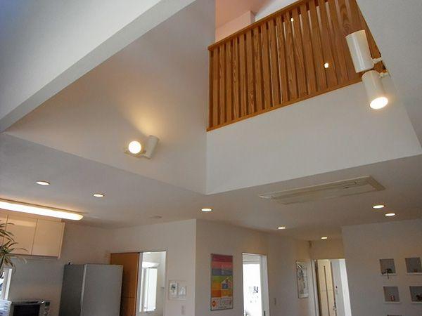 大きな吹き抜けから床暖房の熱が上がっていくから冬でも2階はほっこり暖か。