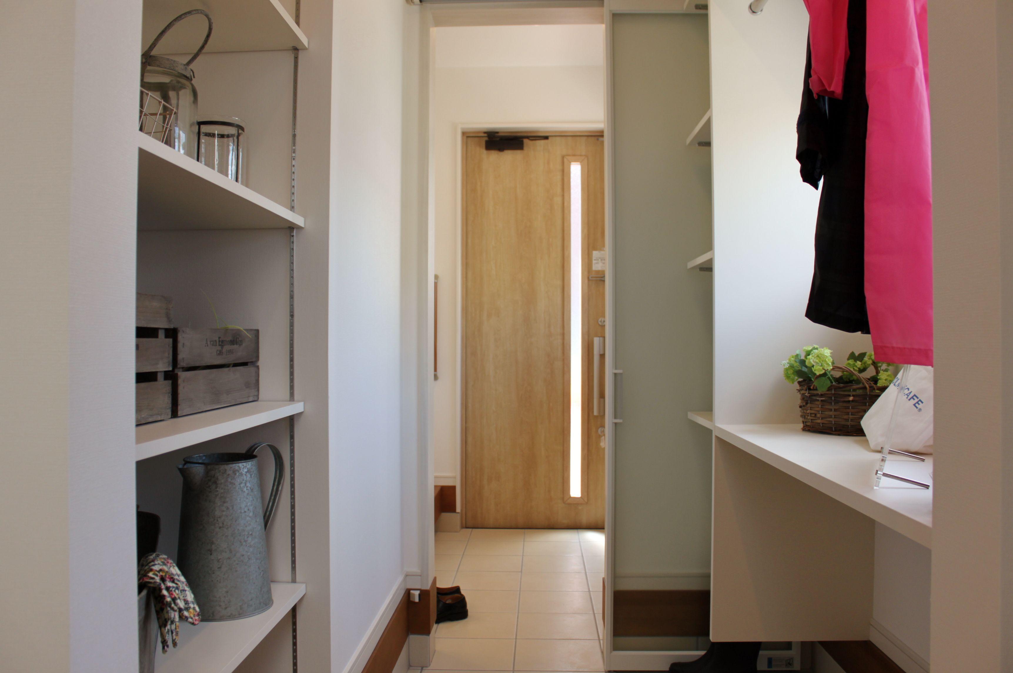 玄関から続くクロークは、ベビーカーやアウトドア用品もしっかり片付き、外で使ったものもそのまま置けるゆとりのスペースです。
