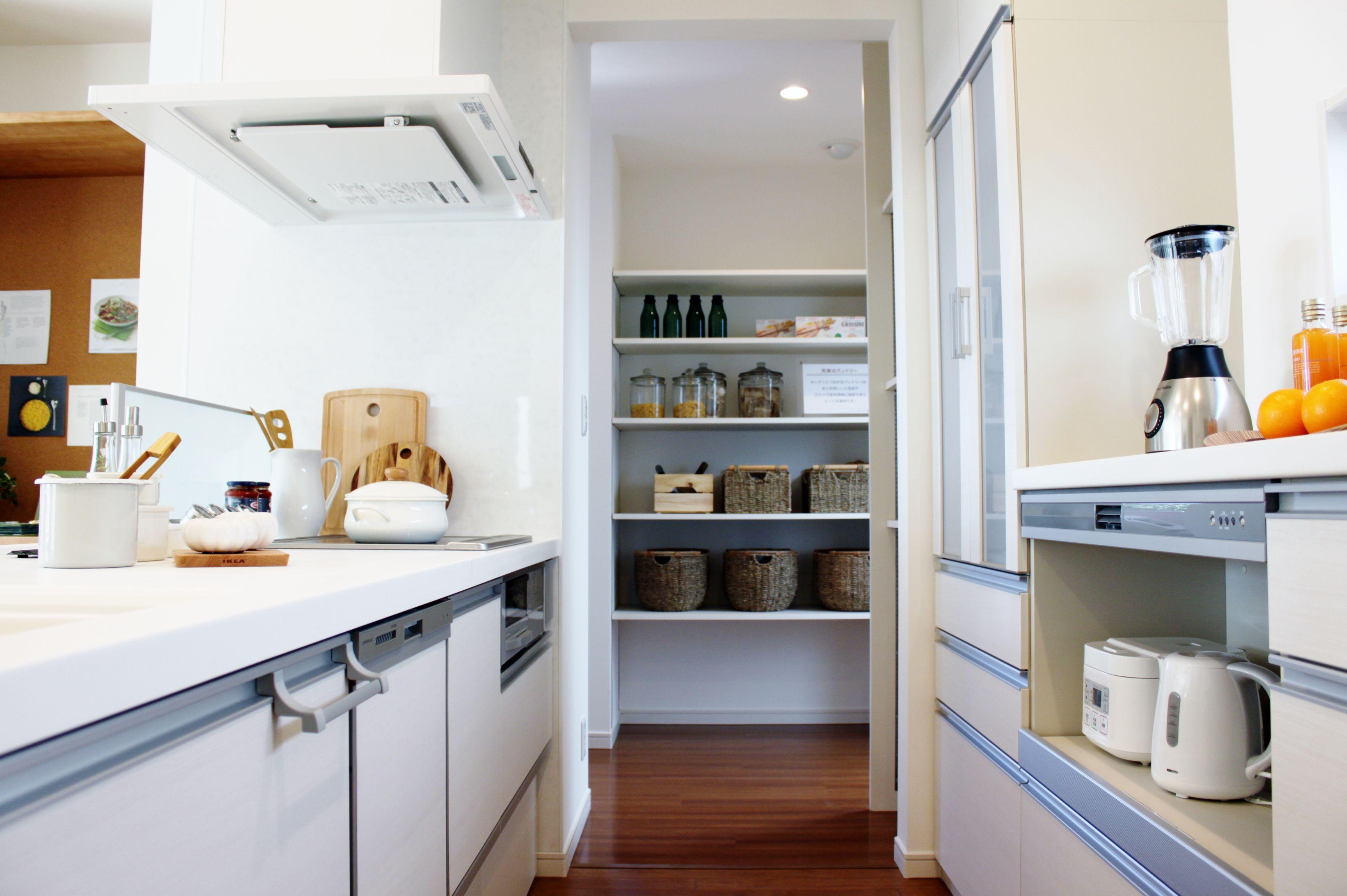 キッチンから繋がるパントリーは、まとめ買いした食品やストック品を簡単に保存できて、とっても便利です。