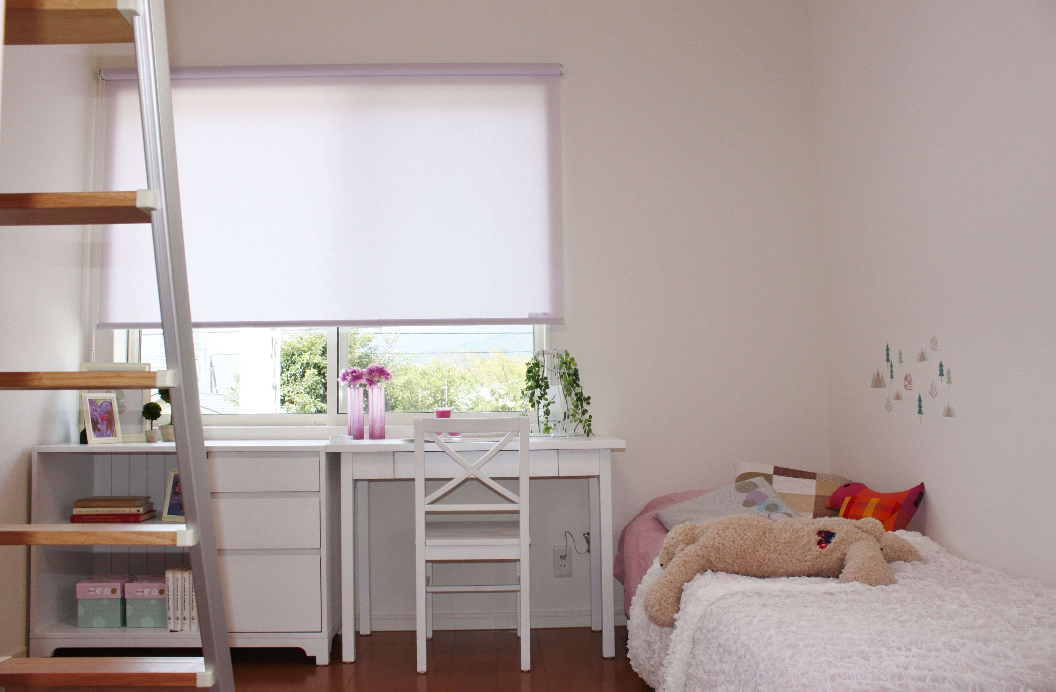 女の子を想定して、可愛らしいインテリアで飾られた子ども部屋です。