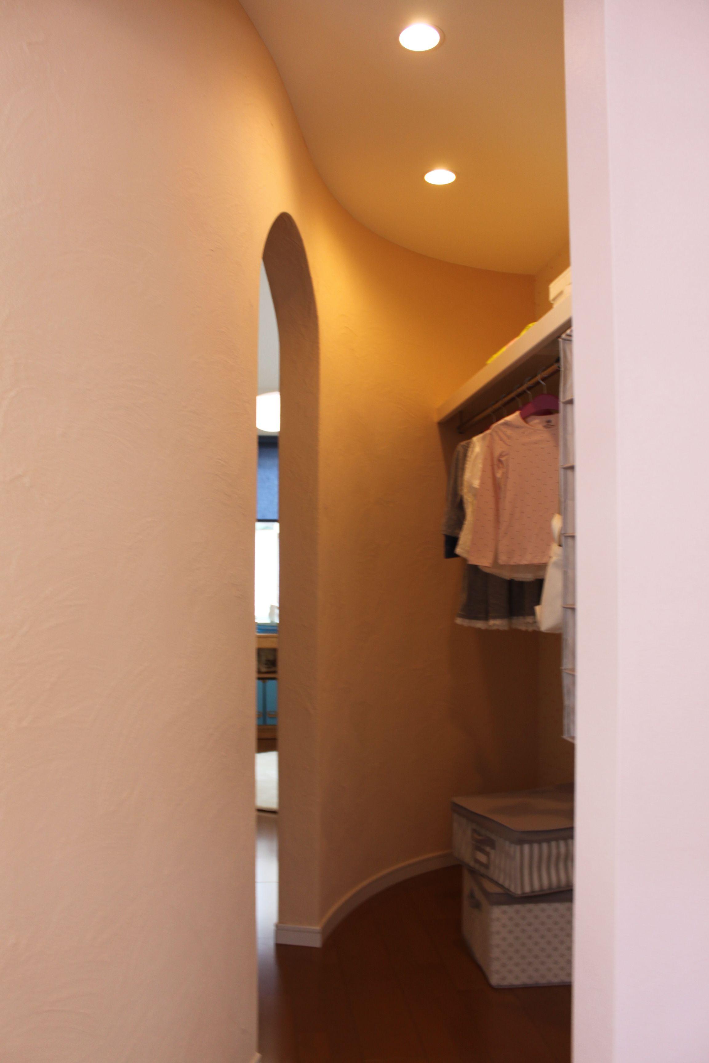 2つの子ども部屋の間にあるのが、曲線の壁が特徴的なウォークインクローゼット。部屋と部屋を行き来するやわらかな曲線のある入口もおしゃれ。