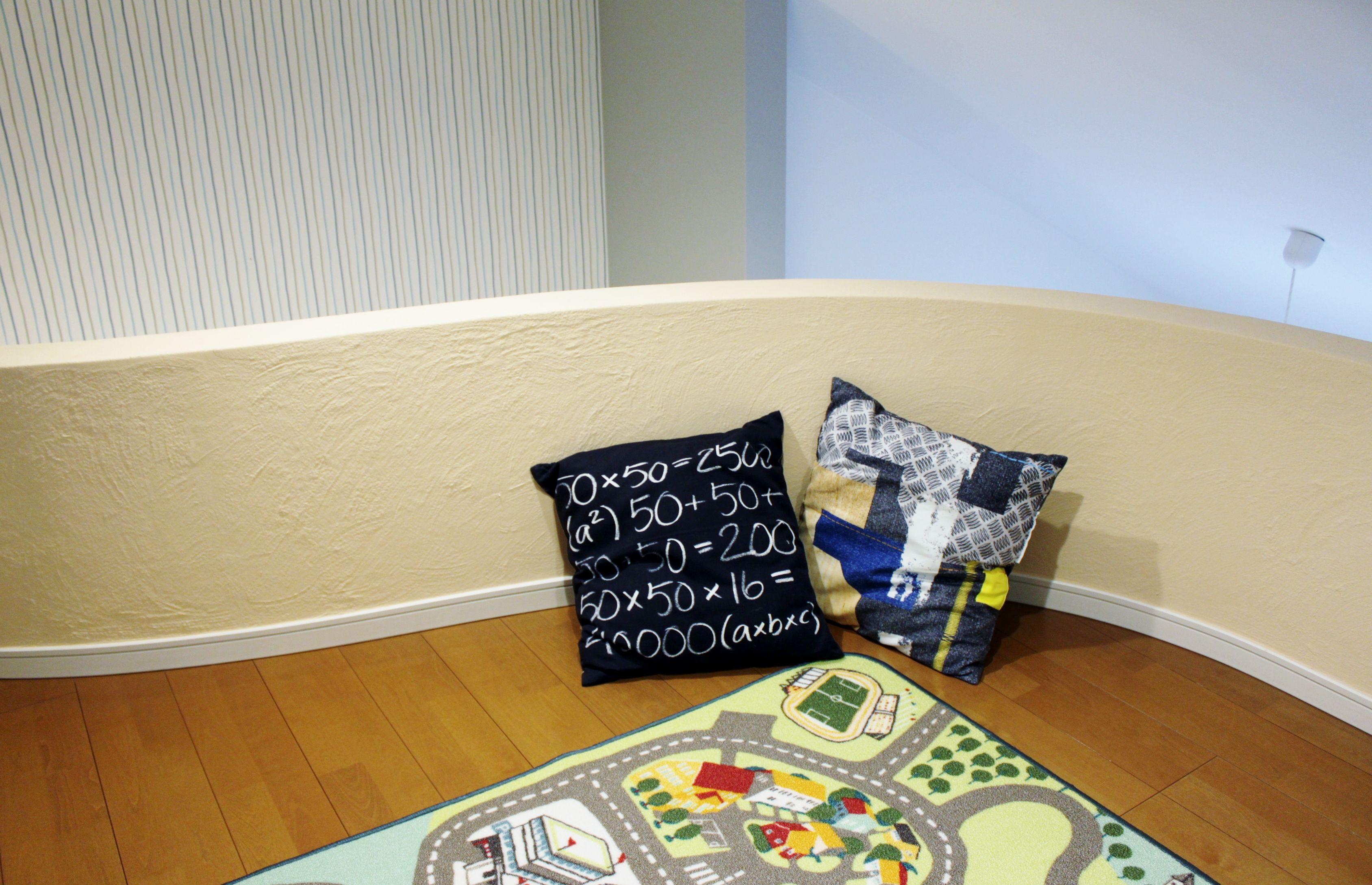 子ども部屋から登れるロフトは、ウォークインクローゼットの曲線を活かして遊び心あふれる空間に。