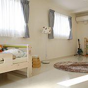 爽やかな白の壁や、ぬくもりのある木目調などが優しい空間を演出