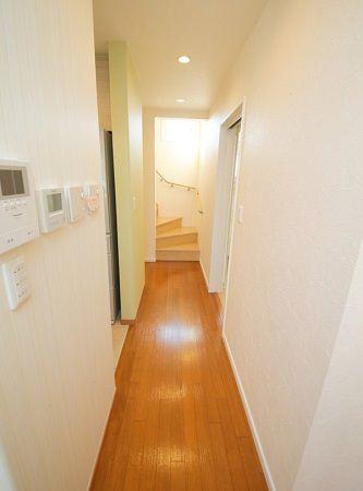 広々とした通路沿いには、階段下のデッドスペースをうまく利用して収納空間を設けてあります。
