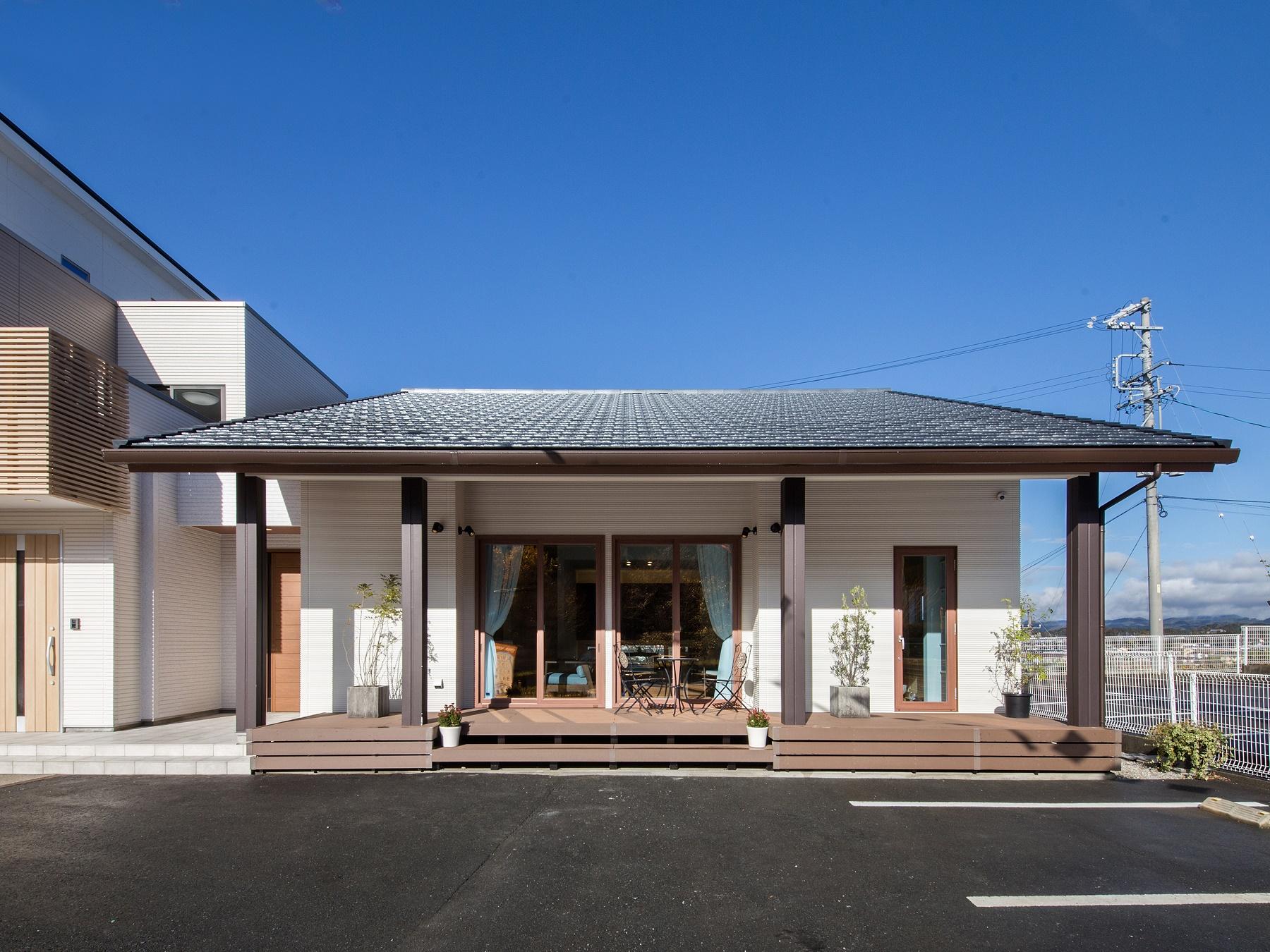 片流れの屋根とフラッ卜ルーフの組合せが印象的なルピオスと高級感と落ち着きを演出する平屋になります。