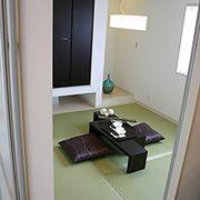 ダイニングに隣接した和室。クリアウォールを閉めれば客間として、開ければ広々空間に早変わり。