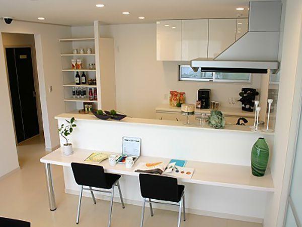 キッチン前にはカウンターを。朝食やお子様のお勉強スペースとして使えます。 奥様も目が届くので安心して家事をすることが出来ます。