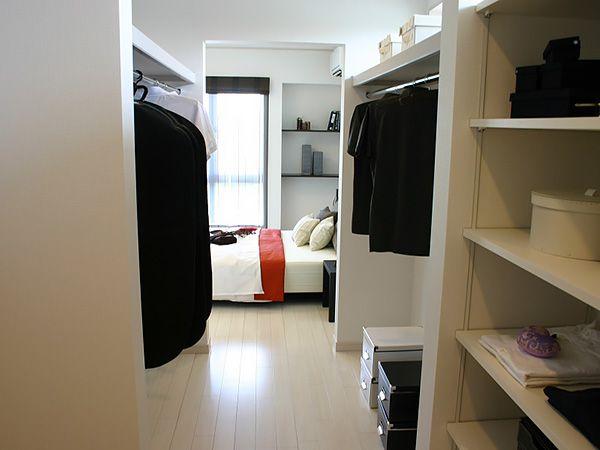 寝室からウォークインクローゼット、パウダールームへ続く導線はまるでホテルのような贅沢な空間。 毎日の身支度にゆとりを生み出します。