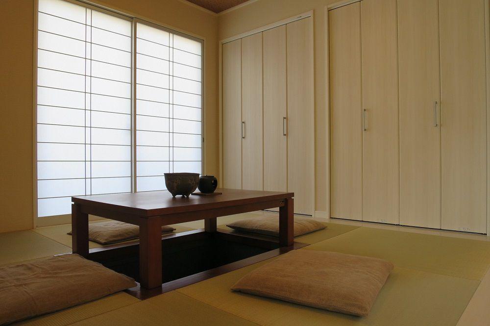 リビングから続く和室は、くつろぎの空間。畳の質感や堀こたつの居心地の良さが家族に癒しを与えてくれます。内障子がやわらかな光を室内に取り込みます。