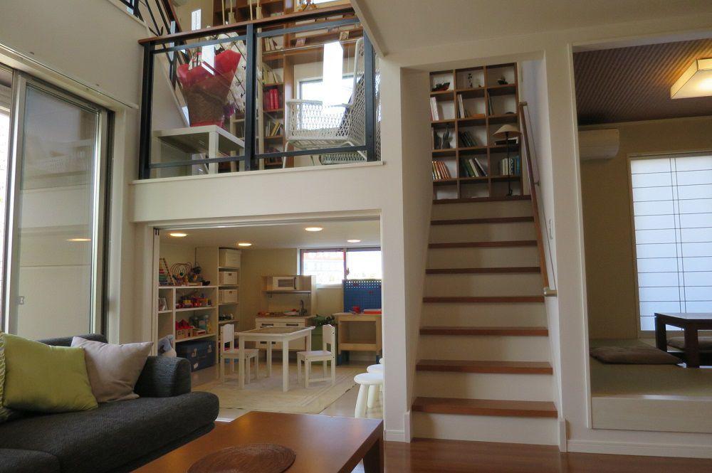 KIDUKIボックスはリビングに隣接。お子様が遊んでいる様子をリビング側から見守ることが出来ます。また、中2階のKIDUKIステージが上に配置され、開放感あふれる空間に仕上げています。