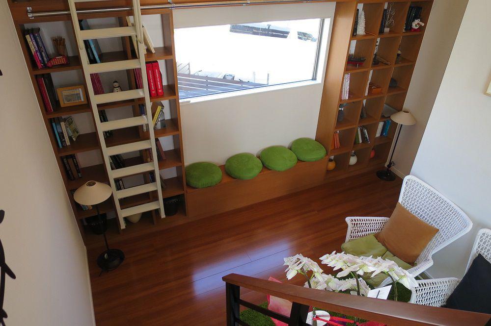 KIDUKIステージの壁面には2階の天井に届くほどの本棚を左右に設置。 まるで図書館のように本などがズラリと並べられます。勉強を教えたり読み聞かせをしたり、子供の創造力を育む空間がココにあります。