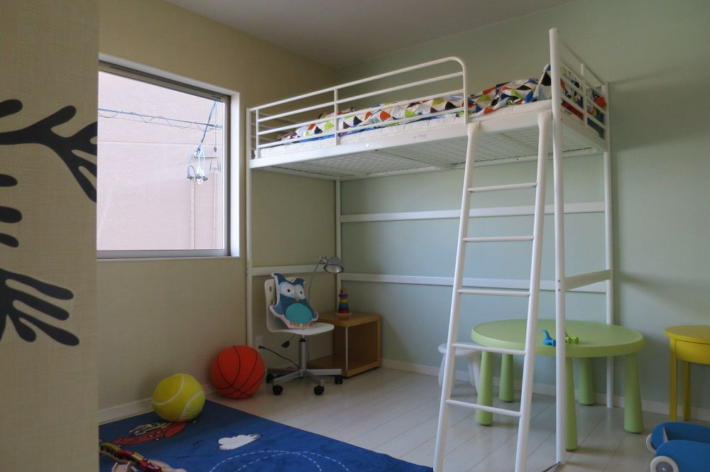 男の子用にコーディネートされた子ども部屋です。元気な男の子の様子がイメージできますね。