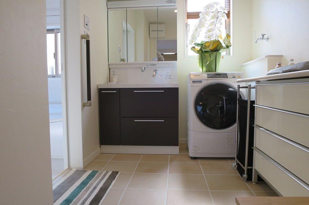 広めに設けた洗面所には、洗剤やタオル、家族の下着もしまえる収納量を確保。もちろん洗面所にもエコ床暖が装備されています。快適で健康的な生活をおくれる秘密の1つです。