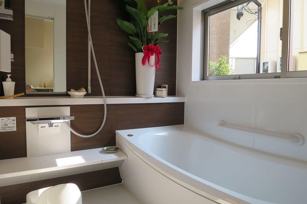 ゆるやかな曲線を描くバスタブは、親子で一緒に入りたくなるような心地よさ。大きめの浴室空間で毎日リラックスしたバスタイムが過ごせそうです。