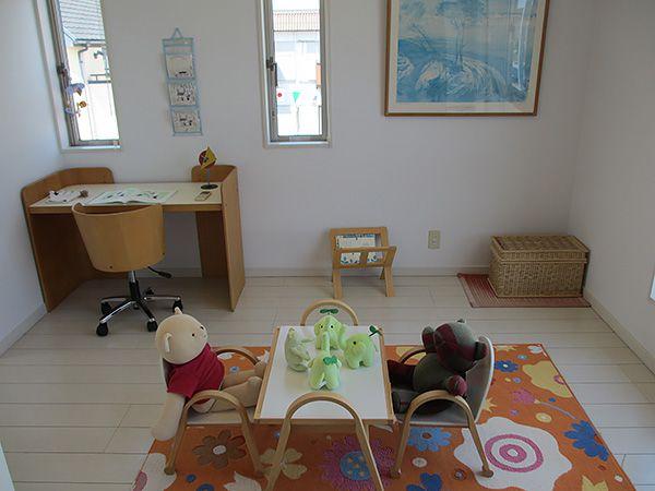 ピョン吉「ここは子供部屋だよ」エコ「白いフローリングってなかなかカワイイね♪」
