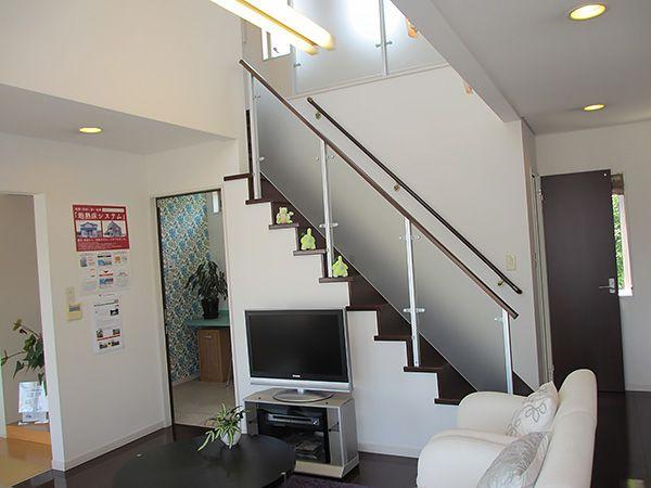 エコ「リビングに階段があるんだね」ピョン吉「自分の部屋に行くのに必ずリビングを通るから家族とのコミュニケーションもバッチリさ(*ゝω・)ノ」