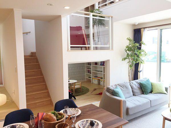 階段の踊り場を利用した多目的スペース。家中が見渡せるオープンな吹抜け。