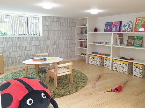 踊り場の下を利用した空間。お子様の遊び場にも、大きな収納スペースにもなります。