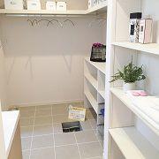 大きめに設け、洗剤やタオル、家族の着替えまでたくさん収納できます。