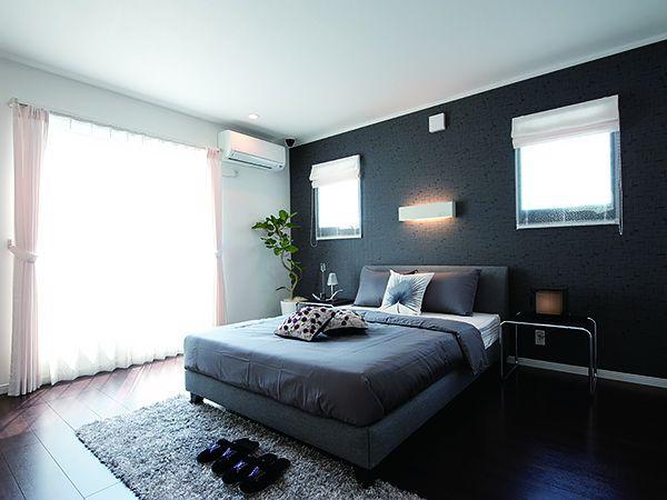 落ち着いた雰囲気の9.7帖の寝室、バルコニーにつながる大きな窓からはたくさんの光が入ります。