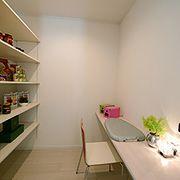 食品をたくさん収納できるパントリーとママのための家事部屋。